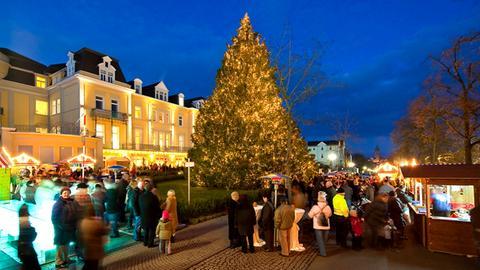 Weihnachtsbaum beim Wunschbaum-Wohltätigkeitsmarkt in Bad Wildungen