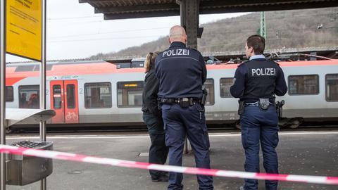 Polizisten am Herborner Bahnhof