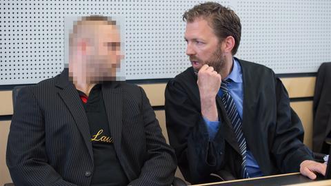 Der Angeklagte beim Prozess um den Herborner Polizistenmord sitzt neben seinem Verteidiger.