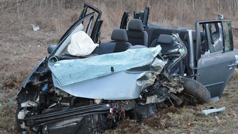Das bei dem Unfall auf der B255 in Herborn schwer beschädigte Auto.
