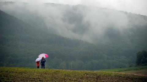 Spaziergänger im herbstlichen Nordhessen