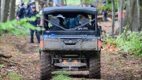 Ein Spezialfahrzeug mit Polizisten fährt in den Herrenwald.