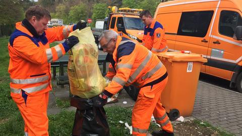 Straßenwärter bei der Arbeit auf einem Parkplatz an der A67