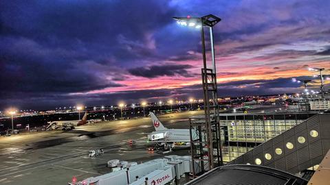Farbschauspiel am Himmel über dem Frankfurter Flughafen.