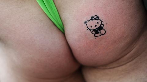 Hintern mit Hello Kitty-Tattoo