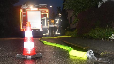 Die Feuerwehr pumpt Keller leer.