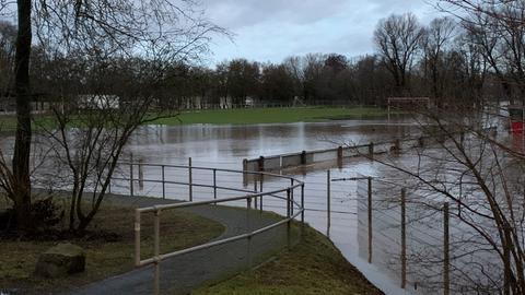 Der überflutete Sportplatz in Fulda-Bronzell
