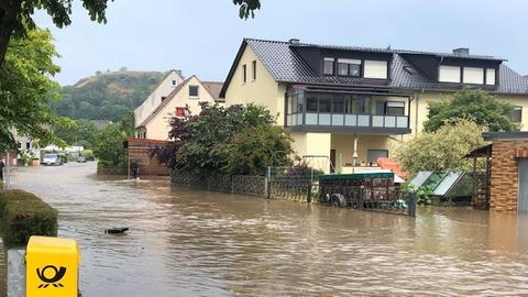 Eine überflutete Straße in einer Wohngegend in Gudensberg