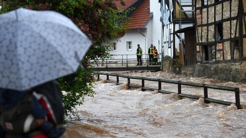 Hochwasser und überspülter Weg in Kaufungen