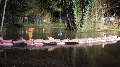 Der Erdbach in Michelstadt ist über seine Ufer getreten. Die Feuerwehr sicherte Straßen und Wege mit Sandsäcken.