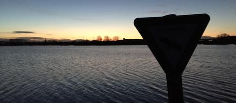 Vollständig überflutete Felder im Morgenlicht.