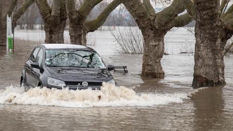 Kampf gegen Wassermassen: Ein Auto auf einer überfluteten Straße am Sonntag in Rüdesheim.