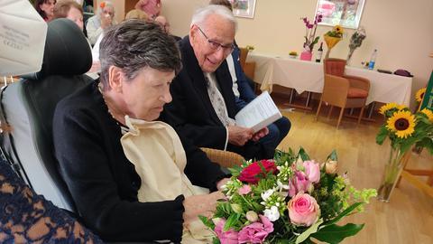Das Brautpaar im Kirchensaal.