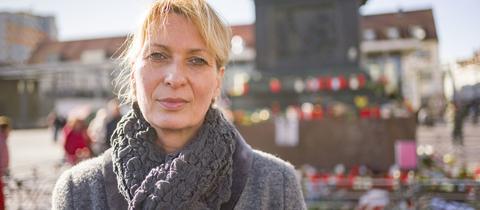 Silke Hoffmann-Bär, Opferbeauftragte der Stadt Hanau, steht am Marktplatz.