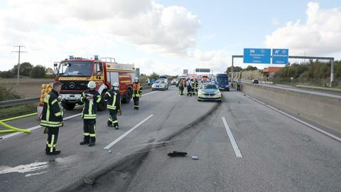 Feuerwehr- und Polizeifahrzeuge stehen nach dem Raser-Unfall auf der Autobahn A66.
