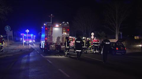 Nächtlicher Unfallschauplatz, Feuerwehrwagen und Retungswagen.