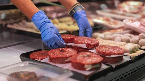 Theke mit regionalem Fleisch in einem Hofladen