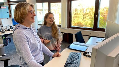 Gaby Holzner (l.) moderiert gemeinsam mit Christiane Schulmayer vom Social-Media-Team die Kommentare auf den hr-Plattformen.