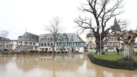 Am Montag ist die Straße vor einem Hotel nahe des Rheinufers von Oestrich-Winkel überschwemmt.