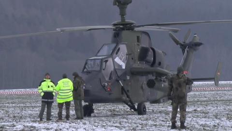 Der auf dem Feld beim Naumburg stehende Bundeswehr-Hubschrauber wird bewacht.