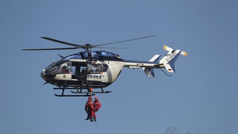 Übung einer Höhenrettung mit der Polizeihubschrauberstaffel Hessen