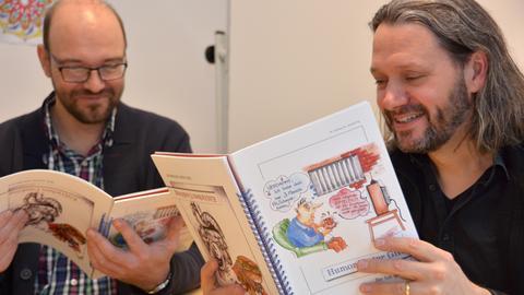 Die Gefängnisseelsorger lesen in einem der veröffentlichten Bücher.