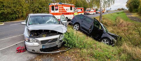 Die beiden beschädigten Autos nach dem Unfall bei Sargenzell.