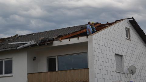 In Hüttenberg-Rechtenbach (Lahn-Dill) durchschlug ein Kamin das Dach eines Hauses.