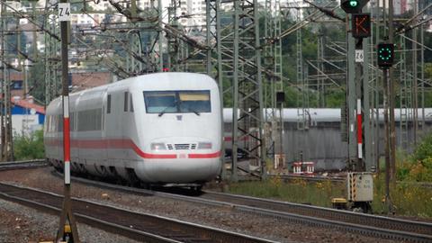 Ein ICE fährt in den Bahnhof Fulda ein.