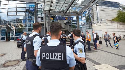 Polizisten sperren den Bahnhof Montabaur ab.