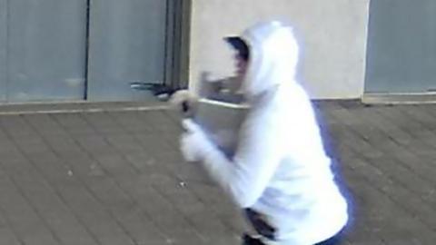 Der Ikea-Räuber mit Pistole und Geldkoffer