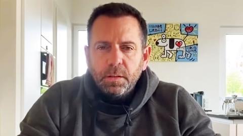 Screenshot aus dem Video vom Matthias Distel, alias Ikke Hüftgold. Es zeigt seinen Kopf und Oberkörper - im Hintergrund ein Wohnraum.