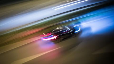 Ein Auto fährt mit hoher Geschwindigkeit durch die Nacht