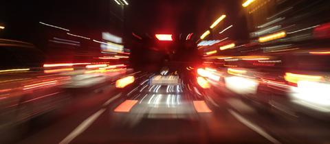 Autos auf der nächtlichen Fahrt durch die Stadt