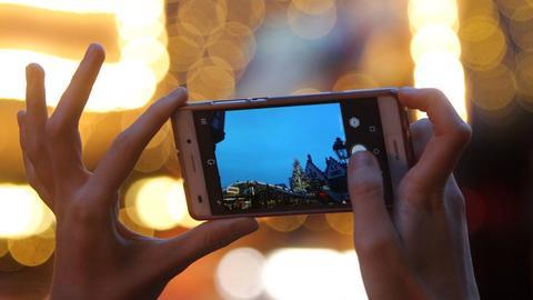 Fotografieren mit dem Smartphone. Motiv: Weihnachtsmarkt auf dem Römerberg