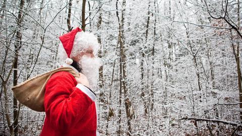 Ein Weihnachtsmann im winterlichen Wald