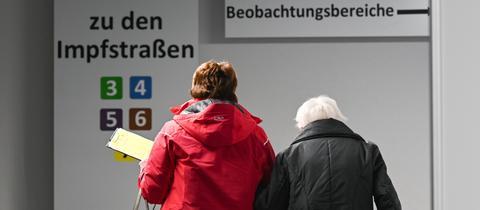 Eine alte Frau mit Begleitung auf dem Weg zur Impfung in Gießen