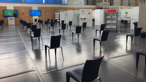 Viele leere Stühle in einer großen Halle