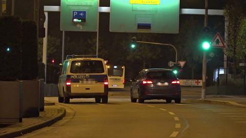 Bundespolizisten  brachten die Verdächtige nach ihrer Ankunft in Frankfurt nach Karlsruhe.