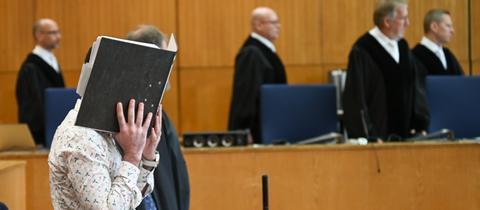 Der Angeklagte (l.) zum Prozessauftakt vor dem Oberlandesgericht Frankfurt