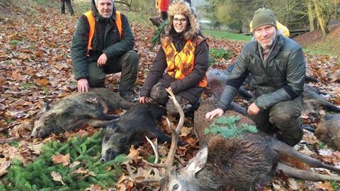 Jägerin Selina Hauptvogel, ihre Jäger-Onkel, ein erlegter Hirsch und zwei geschossene Wildschweine
