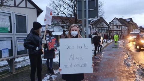 Jennifer, Ex-Mitschülerin des Getöteten und Mitorganisatorin der Gegendemo, mit einer klaren Botschaft an die NPD.
