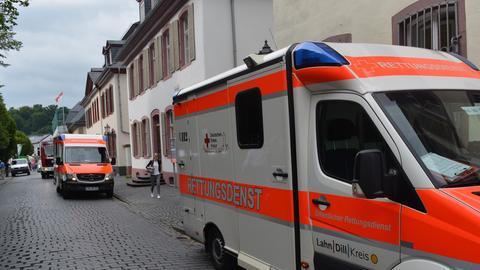 Rettungsfahrzeuge vor dem Jobcenter Dillenburg in der Wilhelmstraße