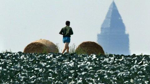 Ein Jogger, im Hintergrund der Messeturm.