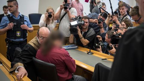 Der Angeklagte im Gerichtssaal des Landgerichts Gießen