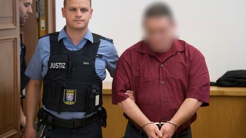 Angeklagter im Mordfall Johanna wird von einem Justizbeamten in den Gerichtssaal geführt