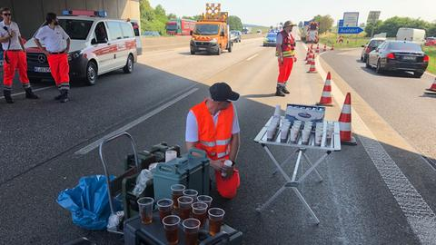 Johanniter versorgen im Stau stehende Autofahrer mit Wasser