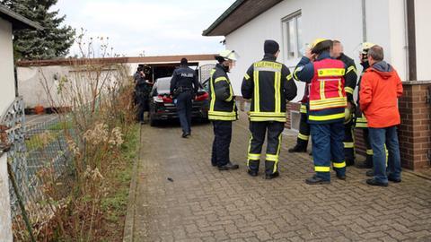 Polizei und Feuerwehr auf der Einfahrt.