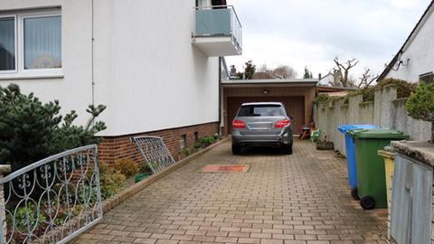 Der Junge krachte auch durchs Hoftor und ins Auto der Nachbarn.