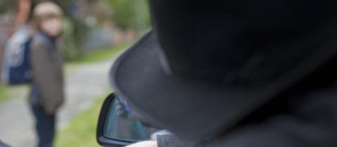 Symbolbild: Mann mit Hut in Auto, Junge